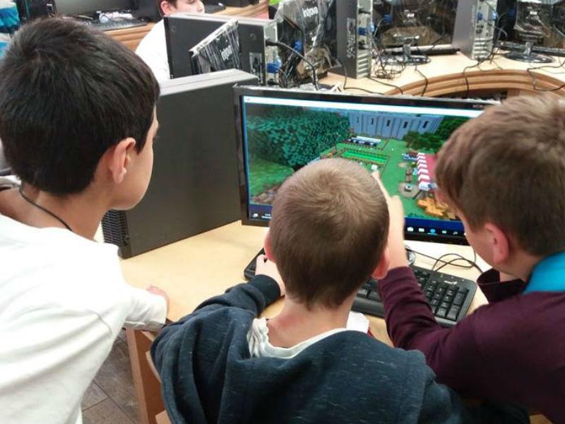 ילדים משחקים במיינקראפט לחינוך